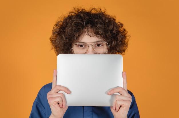 Retrato de jovem bonito caucasiano isolado em um fundo amarelo com copyspace.