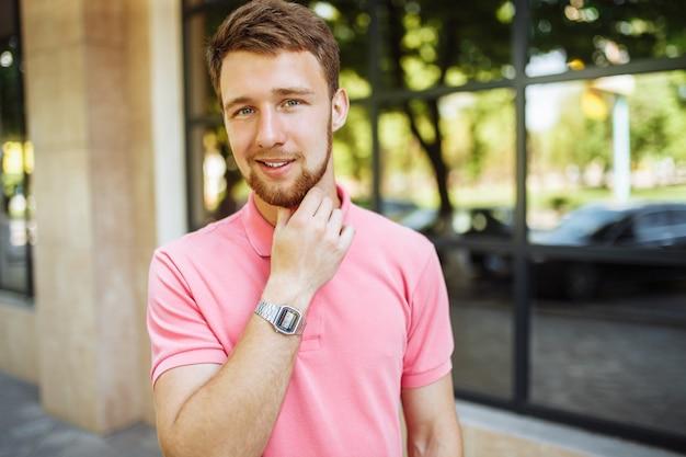 Retrato de jovem bonito com barba na cidade retornando