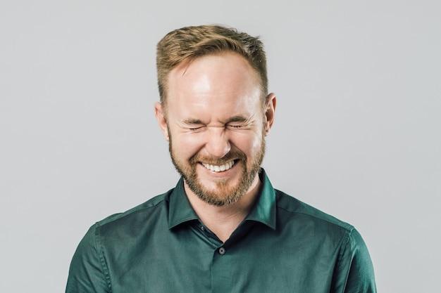 Retrato de jovem bonito com barba sorrindo rindo