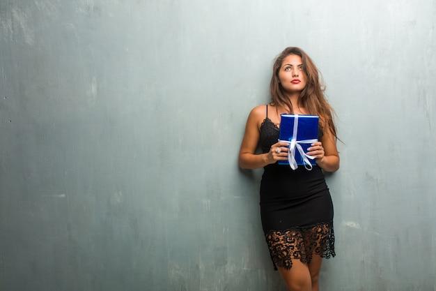 Retrato, de, jovem, bonito, mulher, desgastar, um, vestido, contra, um, parede, olhar
