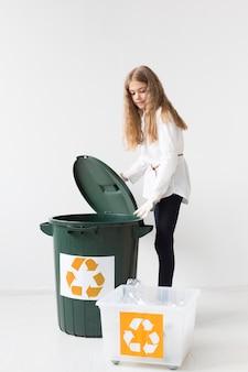 Retrato de jovem bonito reciclagem
