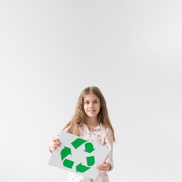 Retrato de jovem bonito segurando placa de reciclagem
