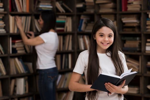 Retrato de jovem bonito, segurando um livro