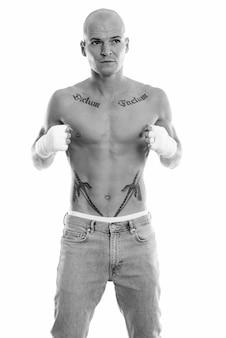 Retrato de jovem bonito sem camisa como lutador isolado no branco em preto e branco