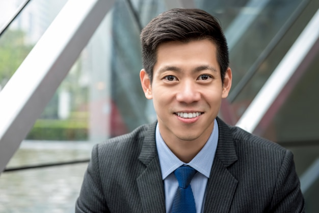 Retrato, de, jovem, bonito, sorrindo, asiático, homem negócios, em, terno laço