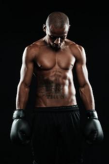 Retrato de jovem boxeador afro-americano em luvas