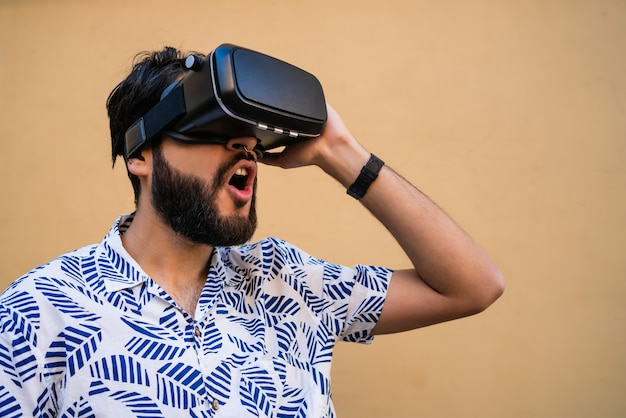 Retrato de jovem brincando com óculos vr-fone de ouvido de realidade virtual. dispositivo de óculos de fone de ouvido vr. conceito de tecnologia.