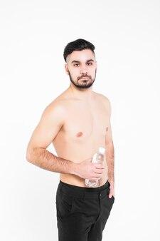 Retrato de jovem cansado, homem de esportes, segurando a garrafa de água, sobre branco