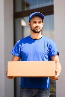 Retrato de jovem carregando entrega