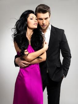 Retrato de jovem casal apaixonado posando vestido com roupas clássicas