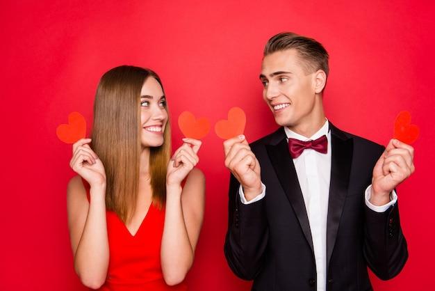 Retrato de jovem casal bonito em um fundo vermelho