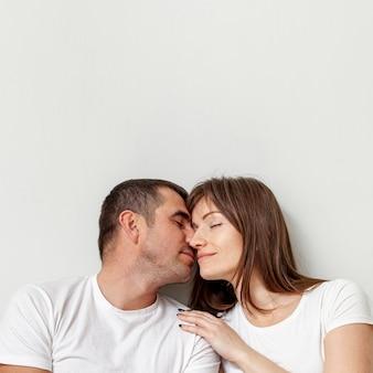 Retrato de jovem casal com os olhos fechados