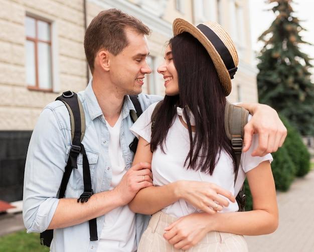 Retrato de jovem casal curtindo viajar