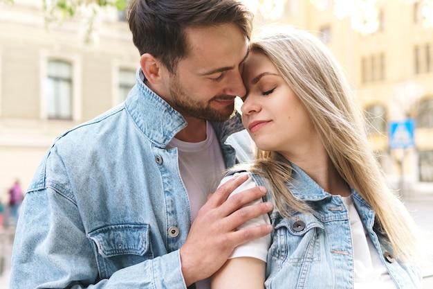 Retrato de jovem casal durante um encontro ao ar livre