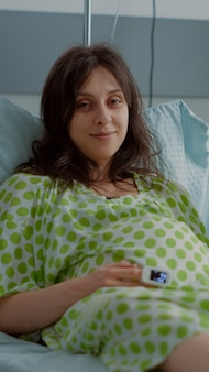 Retrato de jovem casal esperando o parto no hospital