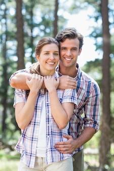 Retrato de jovem casal feliz