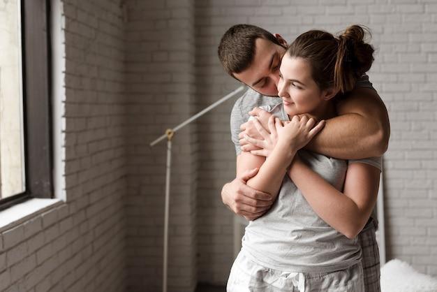 Retrato de jovem casal junto no amor