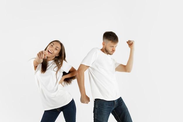 Retrato de jovem casal lindo isolado no branco
