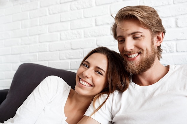 Retrato de jovem casal lindo sorrindo