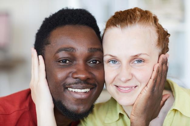 Retrato de jovem casal multirracial apaixonado e sorridente