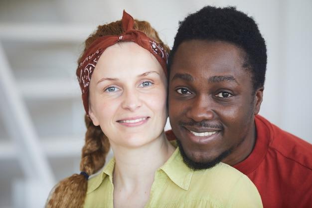 Retrato de jovem casal multirracial sorrindo