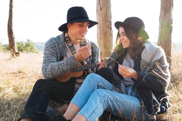 Retrato de jovem casal na natureza