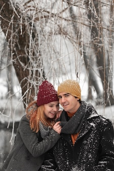 Retrato de jovem casal no inverno