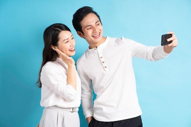 Retrato de jovem casal usando telefone