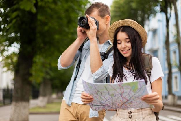 Retrato de jovem casal viajando juntos