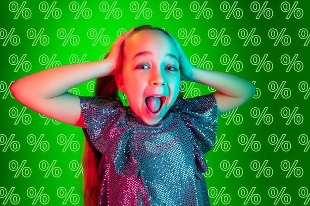 Retrato de jovem caucasiana em fundo verde com porcentagens de néon