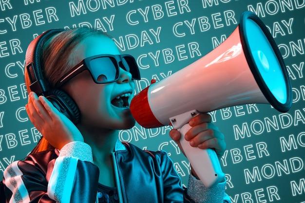Retrato de jovem caucasiana em óculos de sol sobre fundo azul com luz de néon