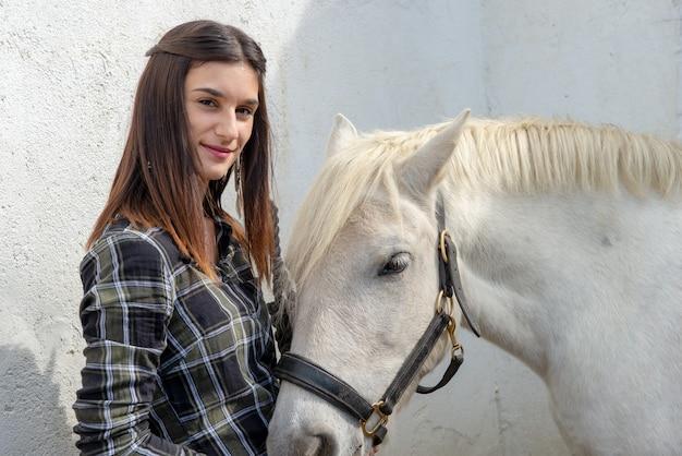 Retrato, de, jovem, cavaleiro, mulher, com, cavalo branco