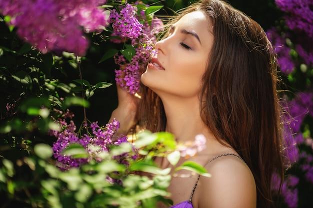 Retrato de jovem cheirando flores na árvore