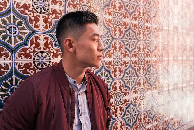 Retrato de jovem chinês bonito na rua.