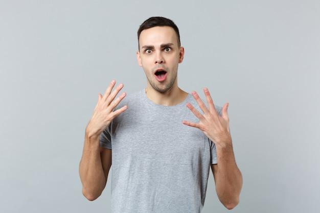 Retrato de jovem chocado e espantado com roupas casuais, de boca aberta