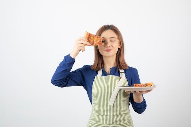 Retrato de jovem com avental mostrando pizza em branco