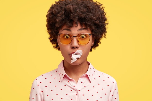 Retrato de jovem com cabelo encaracolado
