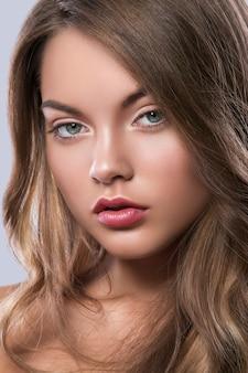 Retrato de jovem com cabelos cacheados