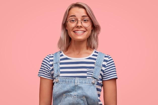 Retrato de jovem com cabelos coloridos vestindo macacão
