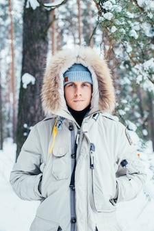 Retrato de jovem com casaco de inverno frio