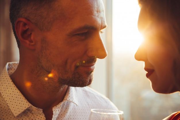Retrato de jovem com cerdas, olhando para sua linda mulher
