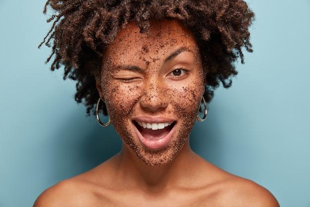 Retrato de jovem com corte de cabelo afro e máscara facial
