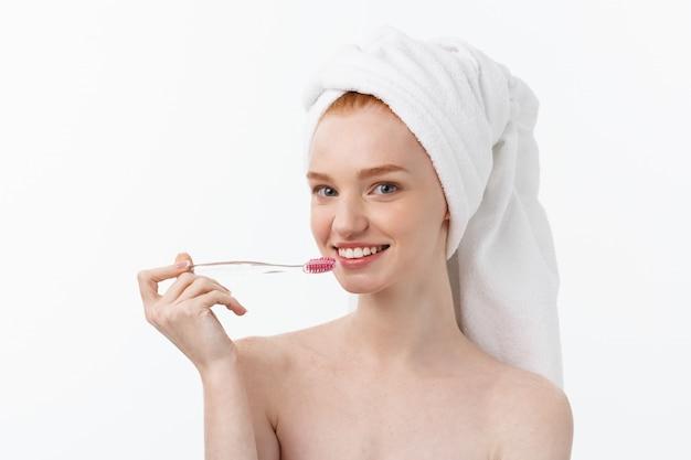 Retrato de jovem com escova de dentes.