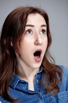 Retrato de jovem com expressão facial chocado