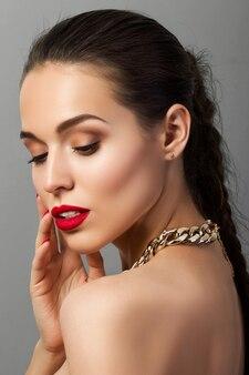 Retrato de jovem com lábios vermelhos