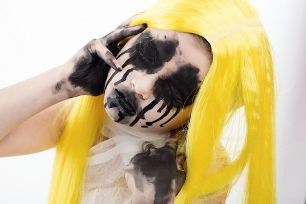 Retrato de jovem com maquiagem assustadora de halloween sobre branco
