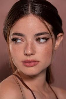 Retrato de jovem com maquiagem natural