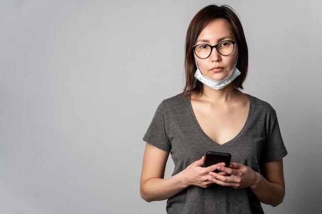 Retrato de jovem com máscara cirúrgica