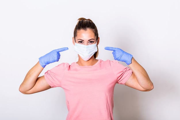 Retrato de jovem com máscara protetora para evitar coronavírus e anti-poluição atmosférica.