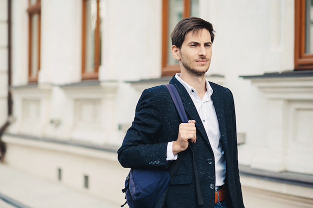 Retrato de jovem com mochila na cidade